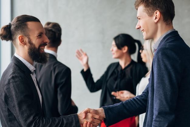 企業文化。ビジネスエチケット。握手挨拶。専門家との関係を満たすパートナー