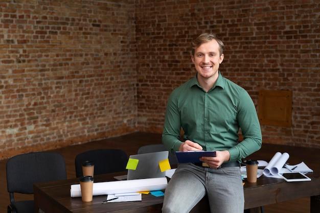 Корпоративный сотрудник позирует в офисе