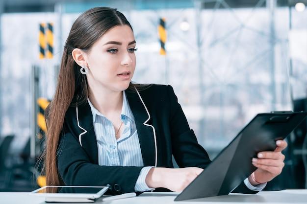 기업 임원 초상화. 작업 계획. shceduled 비즈니스 문제를 확인하는 젊은 매력적인 여자.