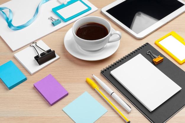 나무 책상에 기업의 정체성 디자인 서식 파일을 닫습니다