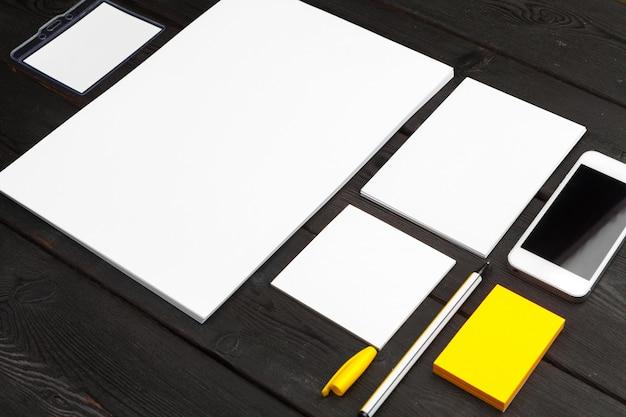 기업의 정체성 템플릿, 검은 세련 된 나무에 빈 편지지 설정. 브랜딩, 비즈니스 프레젠테이션 및 포트폴리오를 모의하십시오.