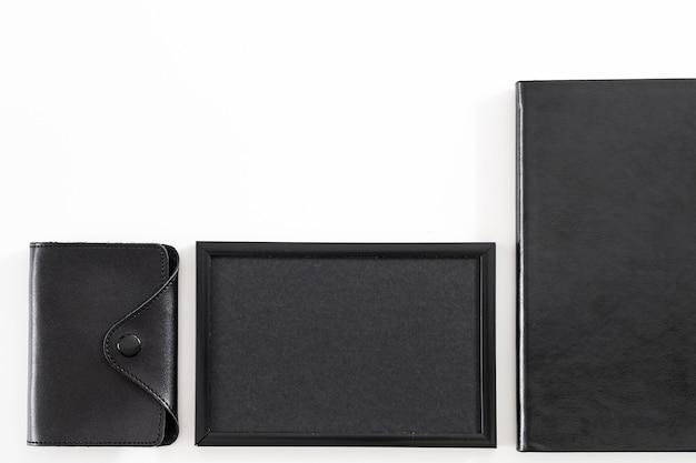 Корпоративный образ жизни. основы офисного работника. плоская планировка визитницы, пустая фоторамка, адресная книга