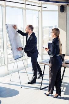 Корпоративные встречи, организация бизнес-команд и инвестиционные планы при работе с новым запускаемым проектом с диаграммами, графиками и бизнес-аксессуарами на рабочем месте.
