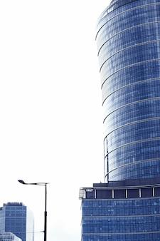 市のダウンタウンの商業用不動産ビジネスと現代建築のコンセプトの金融街の近代的な超高層ビルの企業のオフィスビル