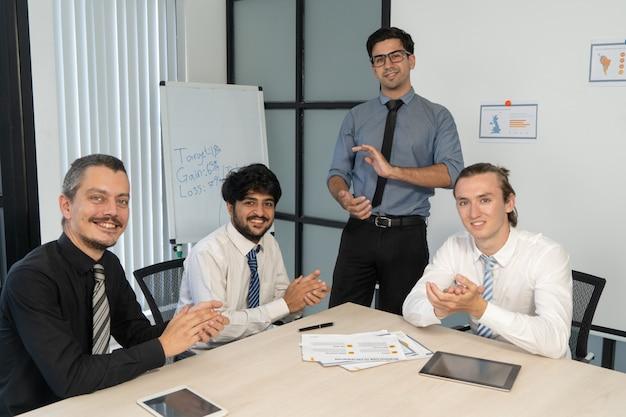 새로운 아이디어를 승인하는 행복 한 국제 팀의 기업 초상화.