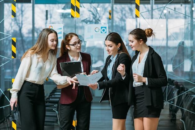 기업 수익 분석. 성공적인 비즈니스 전략. 다이어그램이있는 문서를보고 놀란 팀 리더.