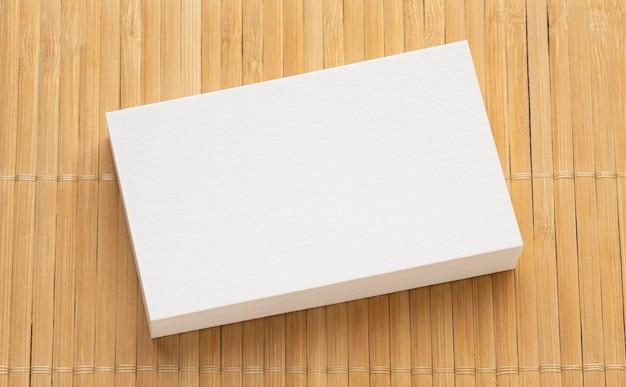 Корпоративные канцелярские пустые визитки на стопке