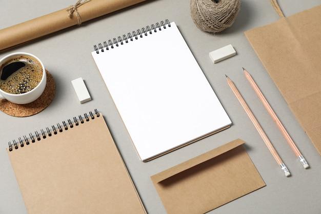 灰色の背景に企業の文房具