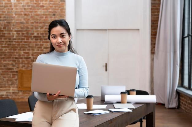 사무실에서 포즈를 취하는 기업 여성