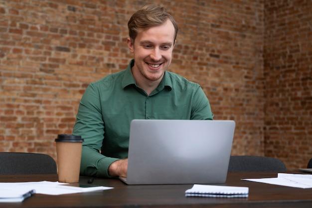 Корпоративный работник с удовольствием снова в офисе