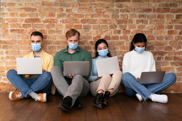 Корпоративные работники вместе проводят мозговой штурм
