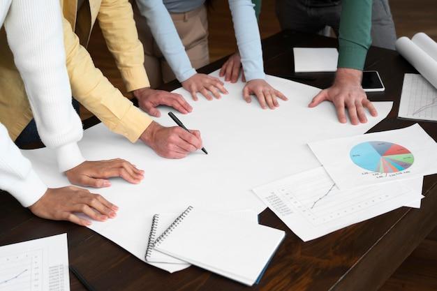 Lavoratori aziendali che fanno brainstorming insieme