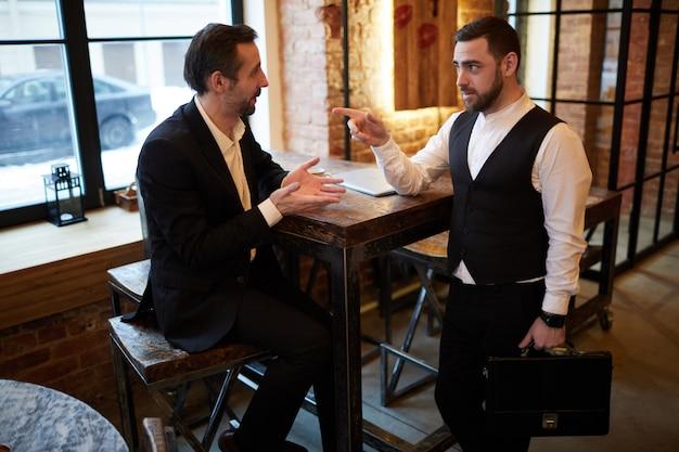 Встреча корпоративных работников в кафе