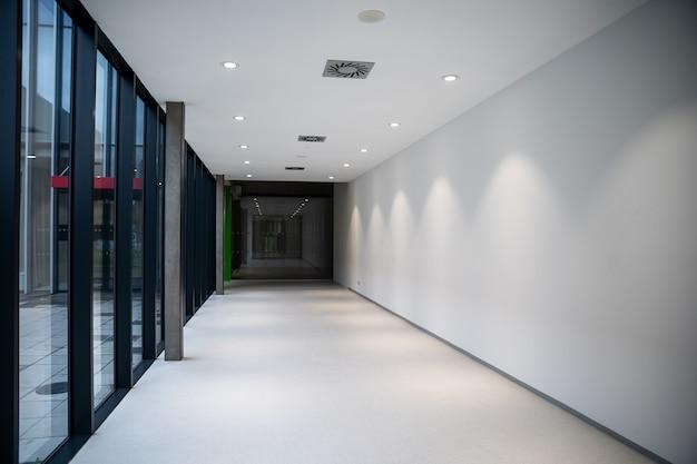 Коридор современного производственного здания.