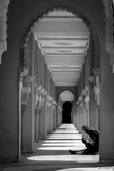 아치 아랍어 스타일의 흑백 사진이 있는 복도