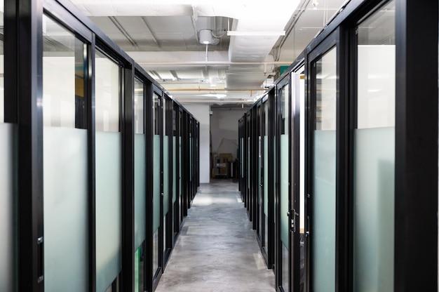 近代的なオフィスのガラスのドアと廊下