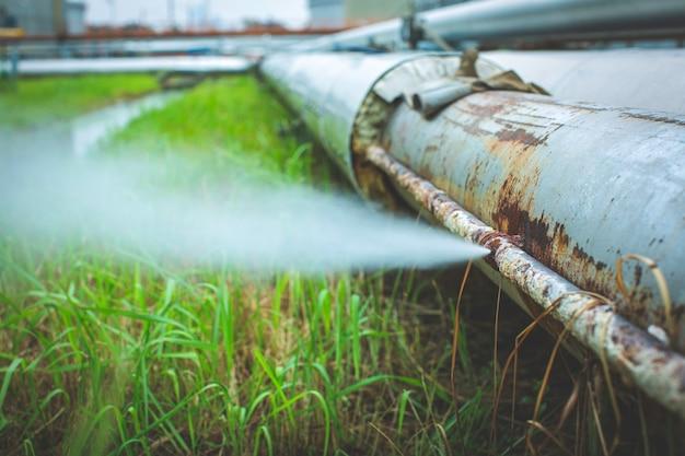 パイプラインの小さな断熱材でのソケットチューブ蒸気ガス漏れによる腐食錆。