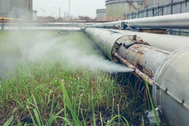 Коррозия ржавая через раструб из трубопровода утечки пара газа на изоляции