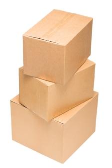 서로 다른 크기의 골판지 상자가 서로 분리되어 쌓여 있습니다.