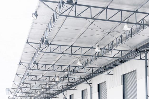 Крыша из гофрированного металлического листа с полиэтиленовой изоляцией из полиэтилена с отражающей пленкой и системой освещения