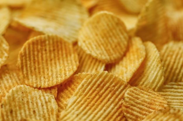 Гофрированные картофельные чипсы. продовольственный фон. вид сверху.