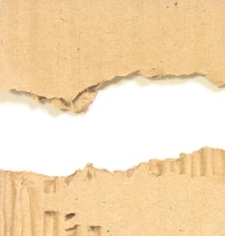 白い背景で隔離の段ボールの破れた段ボール紙