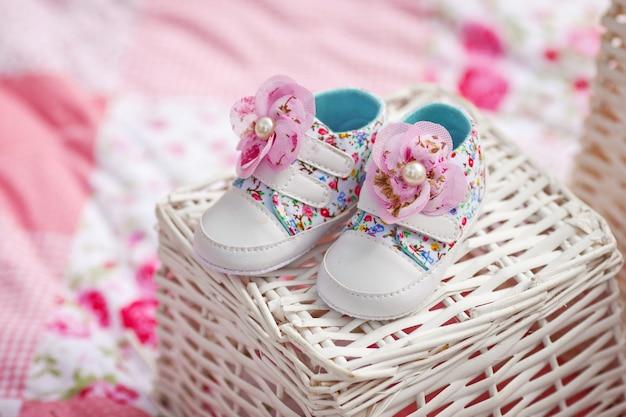 여자 아기 신발의 cose-up.