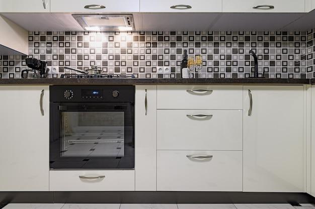 최소한의 단순 흑백 대형 현대 주방 인테리어의 coseup