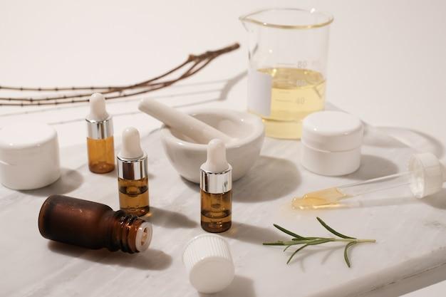 그림자가있는 흰색의 미용 루틴을위한 화장품 및 피부 관리