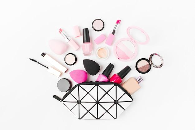 美容アクセサリーと化粧品が入ったコスメティックバッグ
