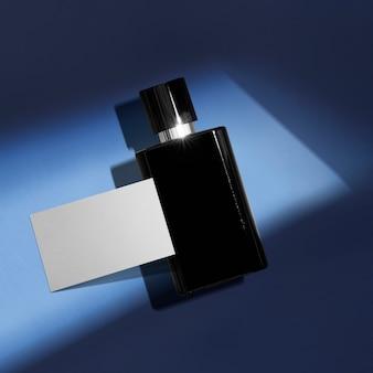 Flacone cosmetico su sfondo blu