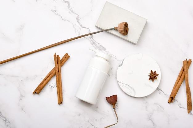 Контейнеры для косметической бутылки на мраморной предпосылке, естественная органическая концепция продукта красотки