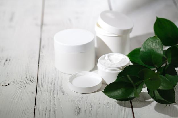 Контейнеры для косметических бутылок с зелеными травяными листьями, пустая этикетка для фирменного макета, концепция натуральной органической косметики