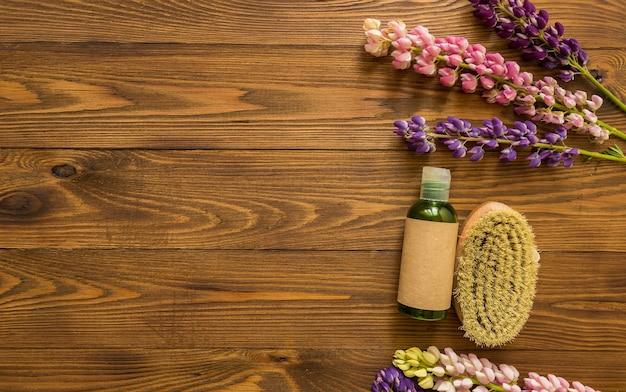 Контейнеры для косметических бутылок с травяными цветами люпина и пустой этикеткой для брендинга макета натуральных эко-продуктов