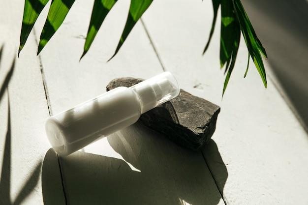 Косметическая бутылка для упаковки крема лосьона на фоне