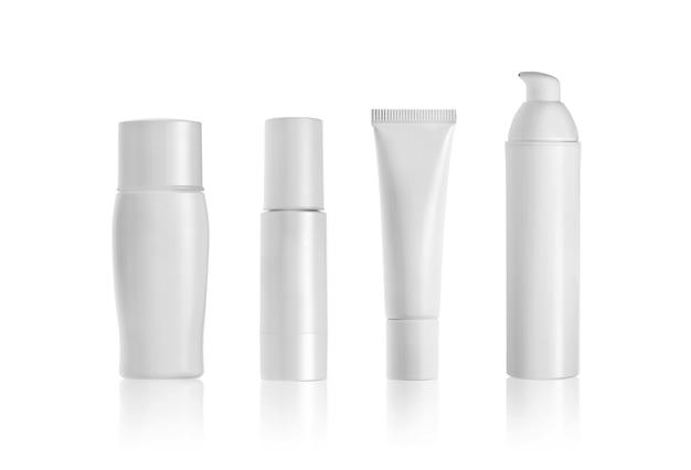 화장품 병 및 흰색 절연 튜브입니다. 브랜딩 모형에 대한 빈 레이블입니다.
