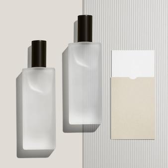 Bottiglie cosmetiche su sfondo minimo
