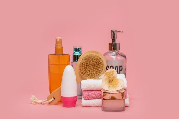 Косметические флаконы с косметикой для ухода за телом. принадлежности для ванны, полотенце и органический сухой шампунь для личной гигиены. концепция ежедневного ухода за телом, органические продукты для ванн.