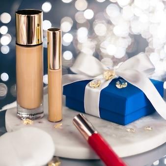 化粧品ブランディングクリスマスキラキラとガーリーなブログコンセプトホリデーメイクファンデーションベースコンシーラーとブルーギフトボックス高級化粧品プレゼントと美容ブランドデザインのブランクラベル製品