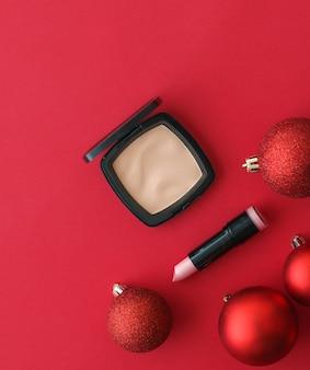 化粧品ブランディングファッションブログカバーとガーリーグラマーコンセプトメイクアップと化粧品製品セット美容ブランドクリスマスセールプロモーション高級赤フラットレイ背景ホリデーデザインとして