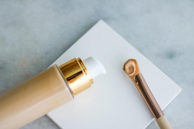 화장품 브랜딩 매력과 스킨케어 개념 메이크업 파운데이션 병 및 3월에 컨투어링 브러시...