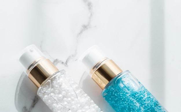 Косметический брендинг упаковка и концепция макияжа сыворотка для ухода за кожей и флакон с гелем увлажняющий лосьон и крем-лифтинг-эмульсия на мраморе антивозрастная косметика для роскошной косметики дизайн бренда