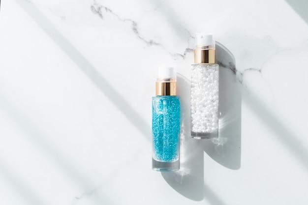 Косметический брендинг упаковка и концепция макияжа сыворотка для ухода за кожей и флакон с гелем увлажняющий лосьон и крем-лифтинг-эмульсия на мраморе антивозрастная косметика для роскошных косметических средств по уходу за кожей дизайн бренда