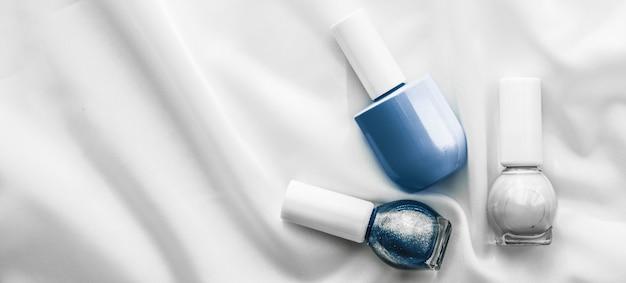 化粧品ブランディングサロンとシルクの背景にグラマーコンセプトのマニキュアボトルフレンチマニキュア...