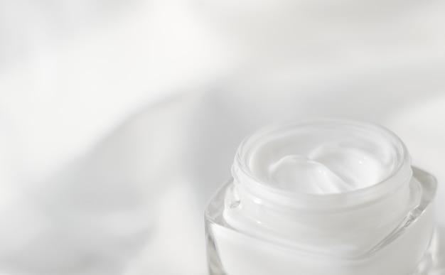 Косметический брендинг туалетных принадлежностей и концепция spf крем для лица увлажняющий баночка на шелковом фоне увлажняющий лосьон по уходу за кожей и лифтинг-эмульсия антивозрастная косметика