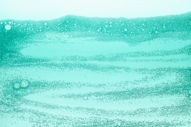 물 질감의 화장품 클렌징 퍼플 폼 젤
