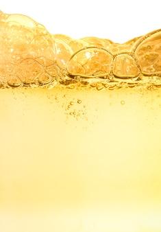 물 질감의 화장품 클렌징 노란색 폼 젤