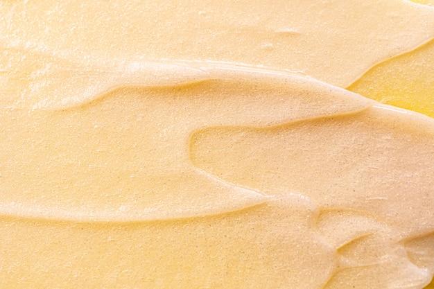 화장품 크림 클로즈업입니다. 매크로 사진. 화장품, 피부 및 헤어 케어, 미용 및 건강의 개념. 유행 노란색 공간 이미지입니다.