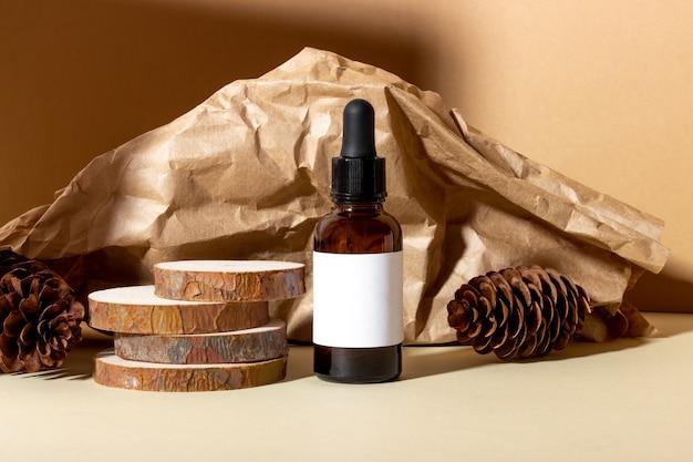 Косметическая баночка с кремом, сывороткой или органическим эфирным маслом для лица и тела, на фоне бревна и жестких теней. концепция салона красоты и натуральной косметики.