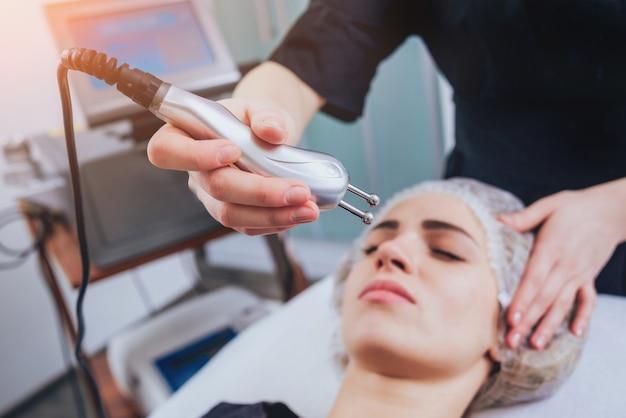 Косметическая медицина. мезотерапия медицинских приборов. светлый фон